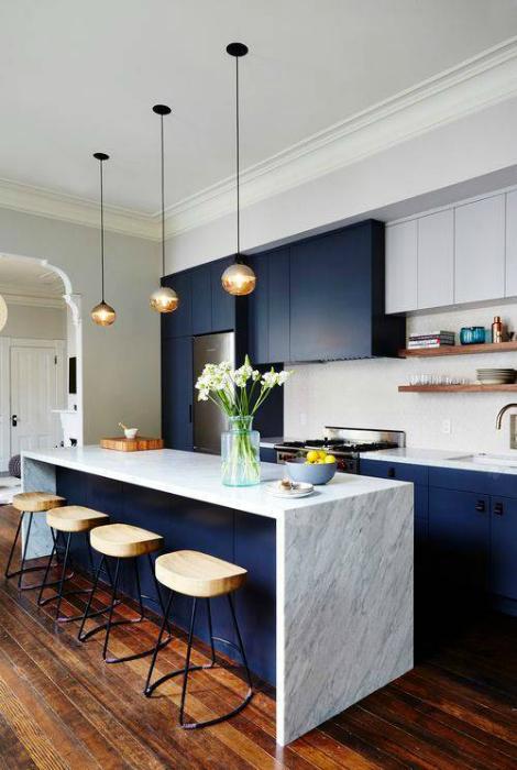Современная кухня в бело-синих тонах.