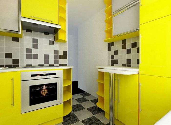 Яркий дизайн крошечной кухни.