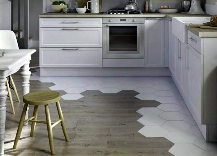 Комбинированный пол из плитки и ламината. | Фото: Строительный вестник.