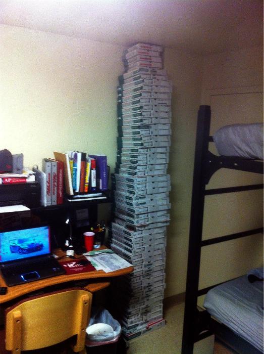 Самая большая коллекция коробок от пиццы.