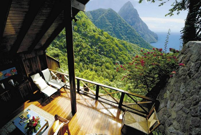 Гостиная с открытой стеной и отделкой из натурального дерева.