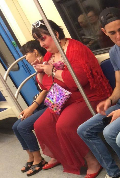 Женщина в красном.