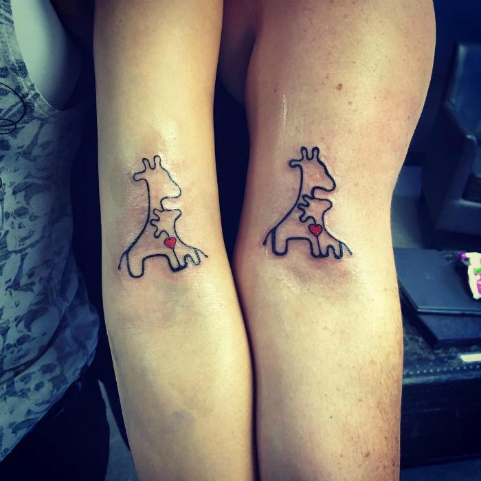 Очаровательные татуировки с изображением большого и маленького жирафов с одним сердцем на двоих.