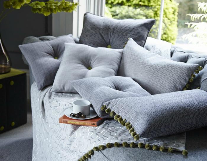 Однотонные диванные подушки. | Фото: demidov-art.ru.