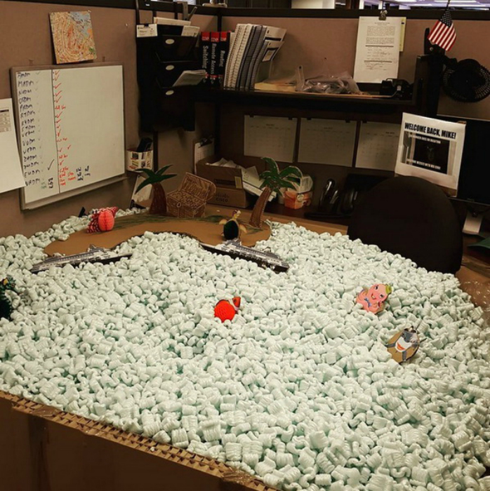 Засыпьте кабинеты своих коллег пенопластовыми шариками, чтобы ничего повредилось во время их отсутствия.
