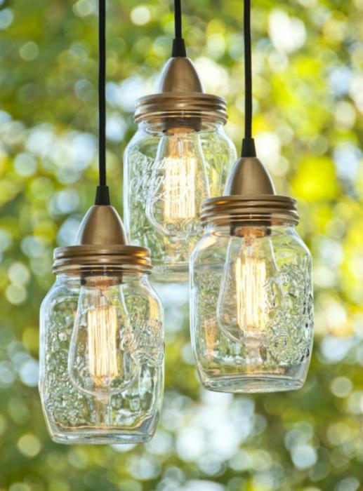 Из ненужных стеклянных банок можно сделать фантастические лампы.