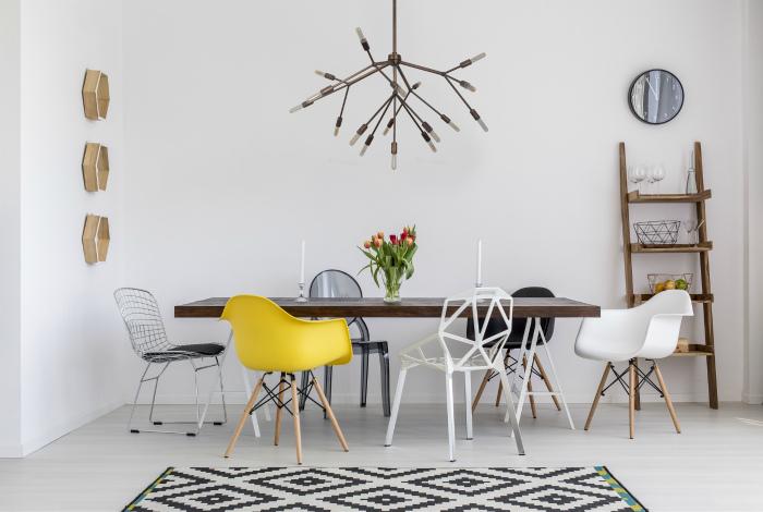 Стол и стулья должны быть комплектом.