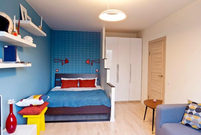 Яркий дизайн спальни, совмещенной с гостиной.