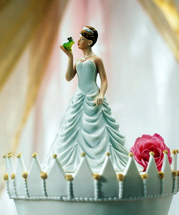 Фигурка принцессы и лягушки на верхушку свадебного торта.