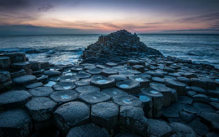 Уникальная прибрежная местность, представляет собой около 40 000 соединенных между собой базальтовых колонн, образовавшихся в результате древнего извержения вулкана.