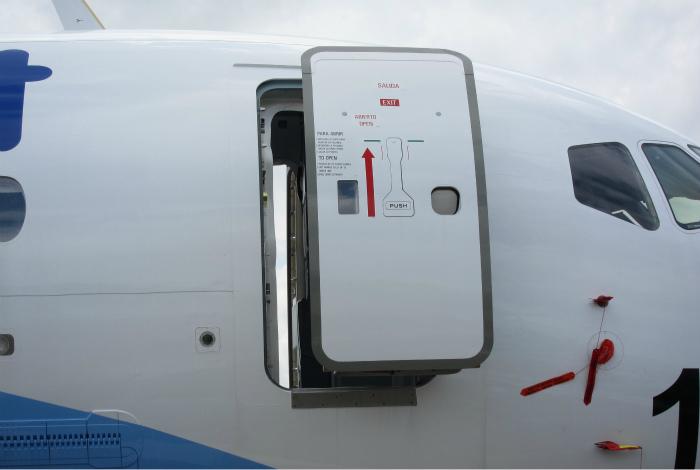 Человека может высосать за борт при наличии даже маленького повреждения в корпусе самолета.