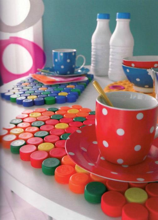 Подставки под посуду, сделанные из разноцветных крышек.