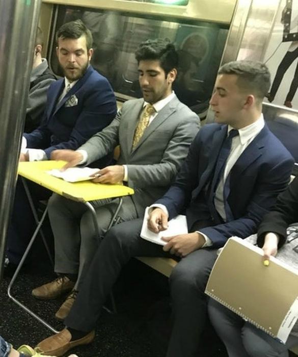 Деловая встреча в метро.
