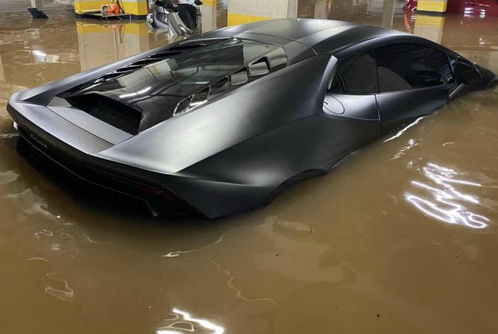 По мнению Novate.ru, машина почти что превратилась в подводную лодку... | Фото: Пикабу.