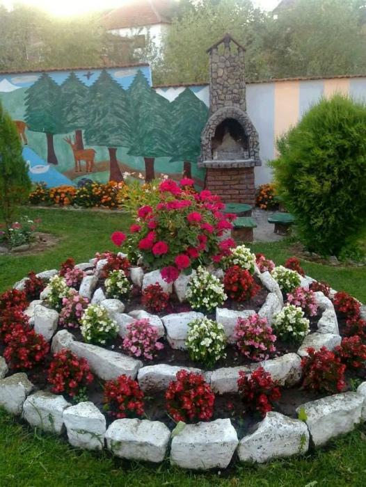 Альпийская горка из цветов. | Фото: Pinosy.
