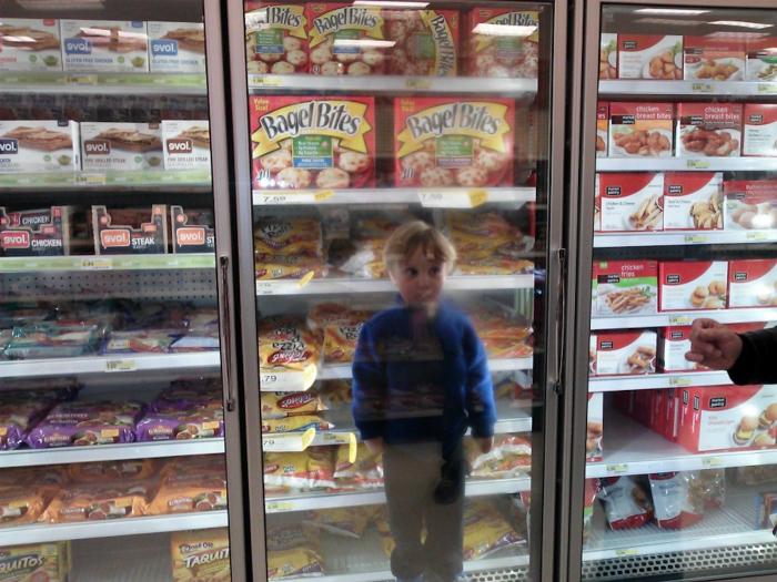 Спрятался в холодильник.