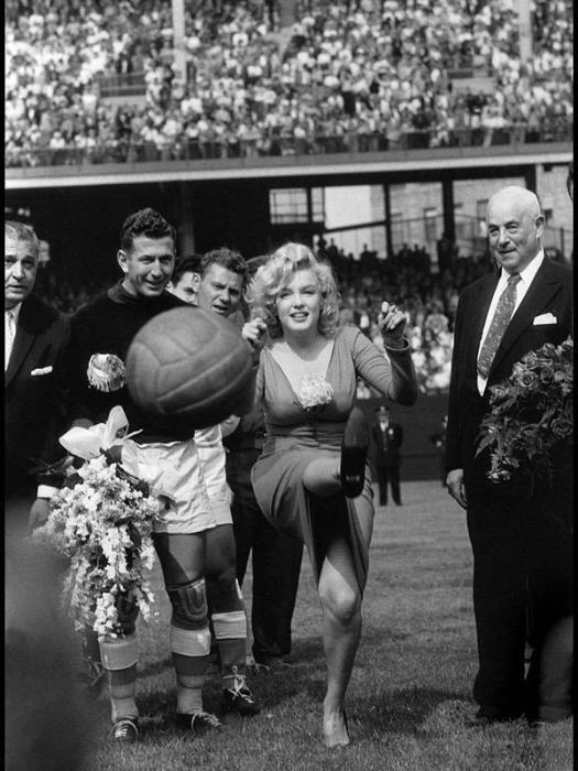 1959 год. Мэрилин Монро открывает футбольный матч США — Израиль, Нью—Йорк