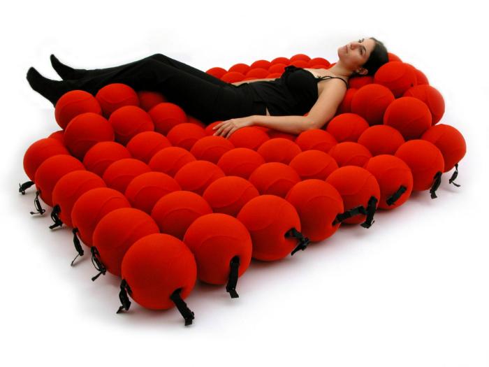 Необыкновенная, комфортная кровать из 120 мягких шаров, которые принимают форму тела.
