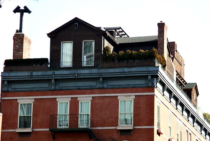 Современная усадьба на крыше дома в Нью-Йорке.