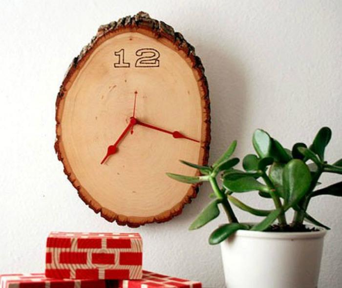 Часы из спила дерева.