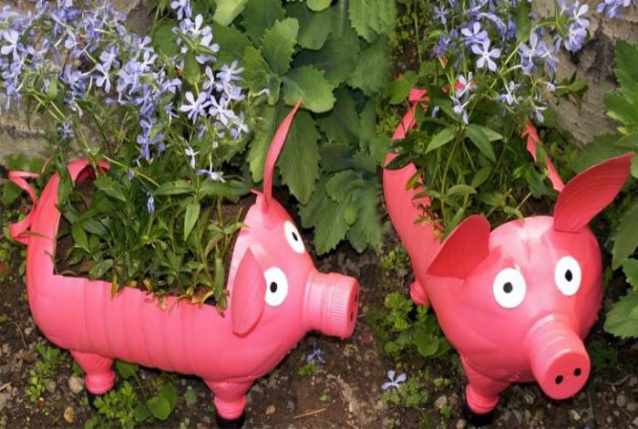 Горшки-свинки из бутылок. | Фото: GretaHome.