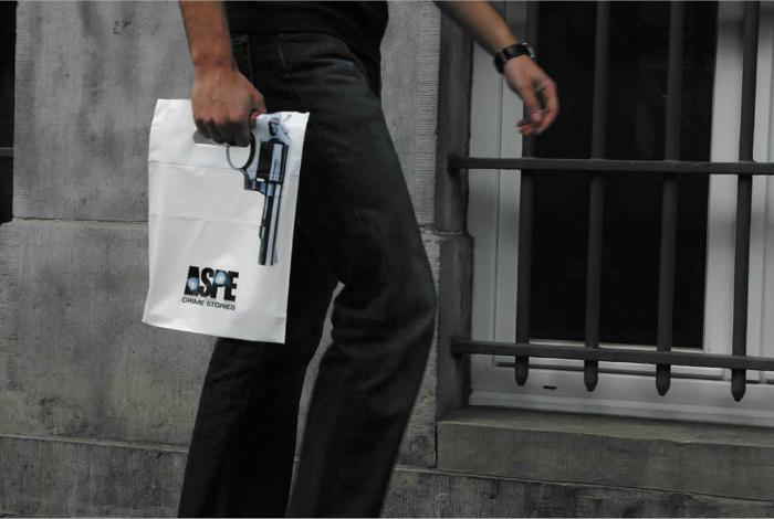 Пакет с изображением пистолета и эмблемой телеканала про криминал.