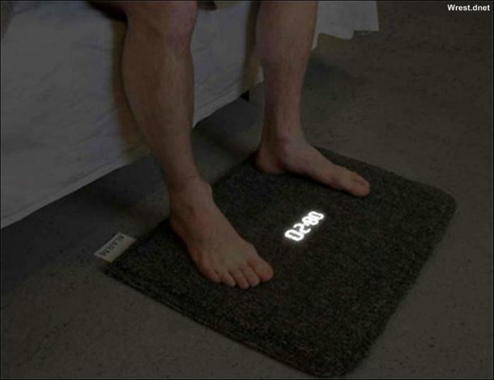 Будильник в виде коврика с жидкокристалическим дисплеем, который можно выключить, лишь встав на него ногами.