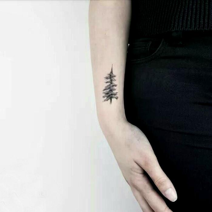 Татуировка с изображением ели.