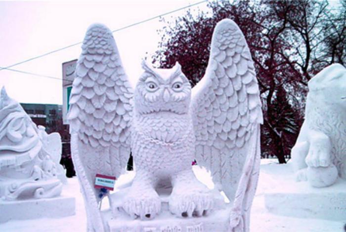 Замечательная скульптура в виде совы из снега.