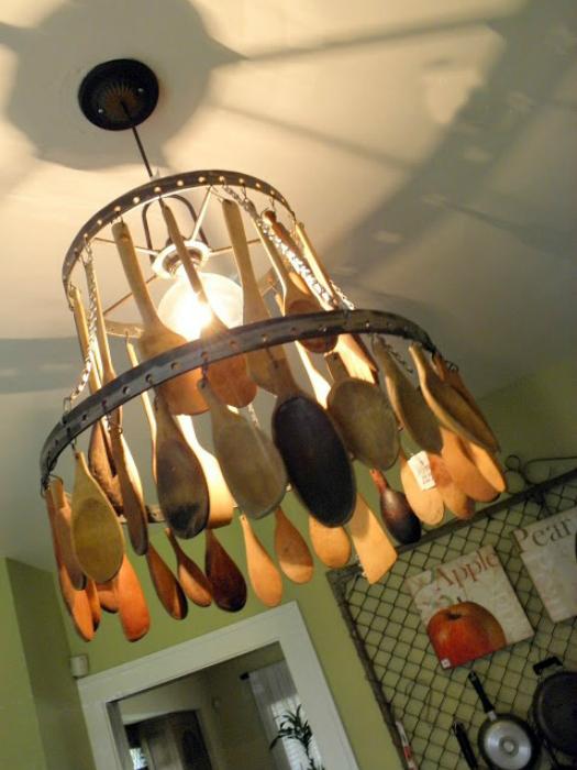 Плафон люстры, выполненный из больших деревянных ложек.