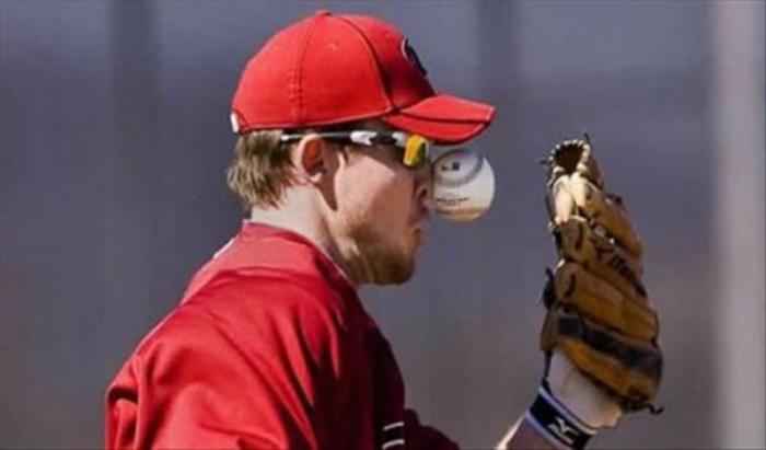 Лобовое столкновение двух участников бейсбола.