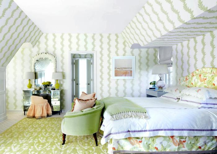 Просторная спальня в пастельных тонах.