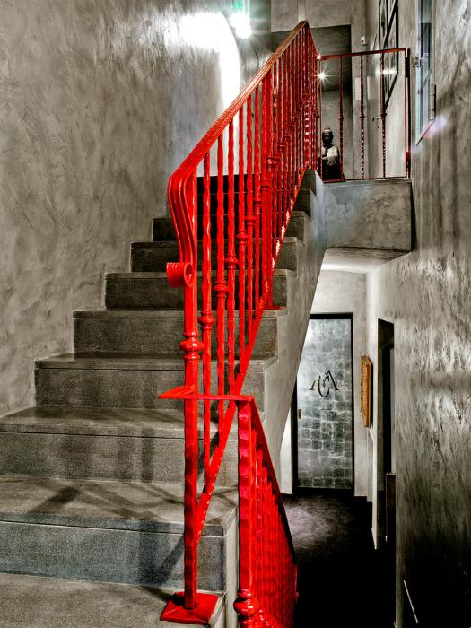 Лестница с яркими перилами.