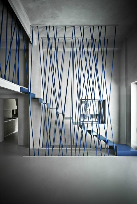 Лестница с замысловатым дизайном перил.