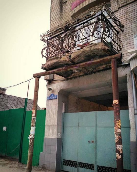Опора для аварийного балкона.