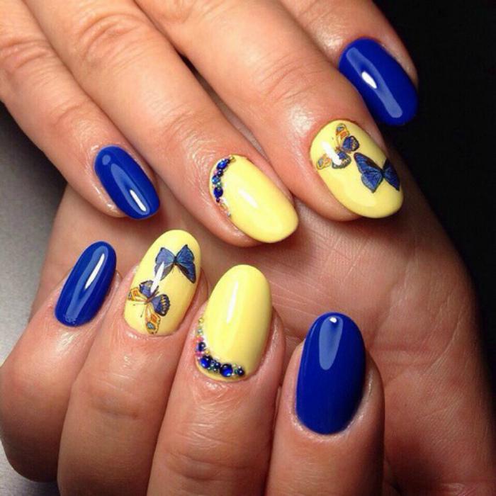 Желто-синий маникюр с бабочками.