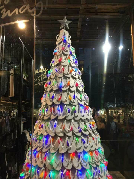 Новогодняя елка из вьетнамок.