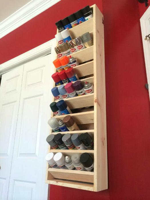 Открытый шкафчик для хранения аэрозольной краски.