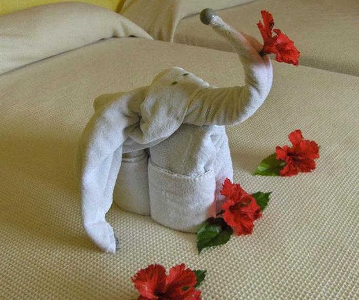 Слоник из полотенца.