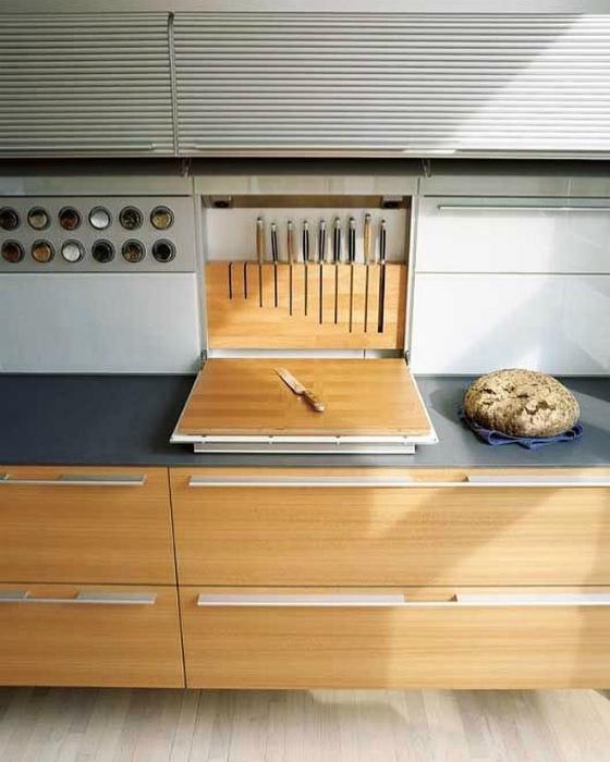 Встроенный шкафчик с подставкой для ножей.