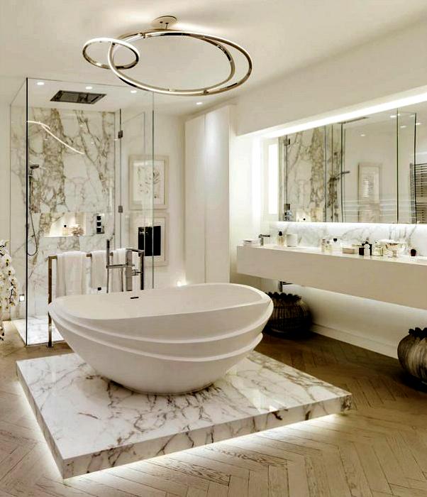 Роскошная ванная комната с мраморными деталями.