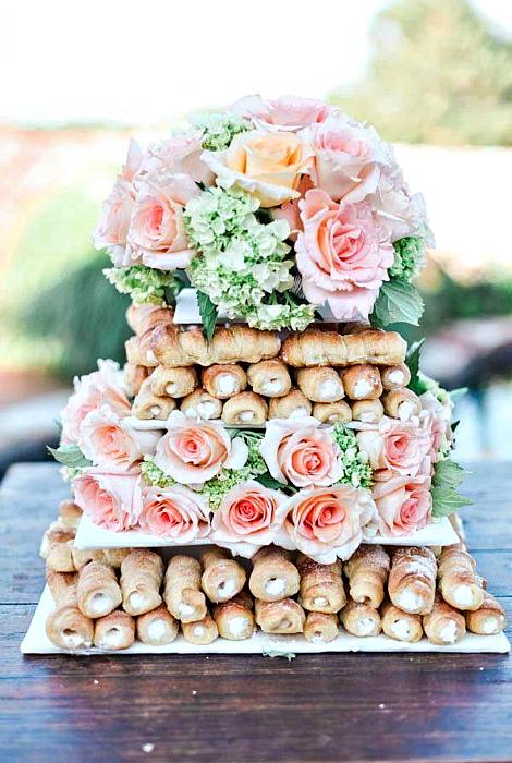 Торт из слоеных трубочек.
