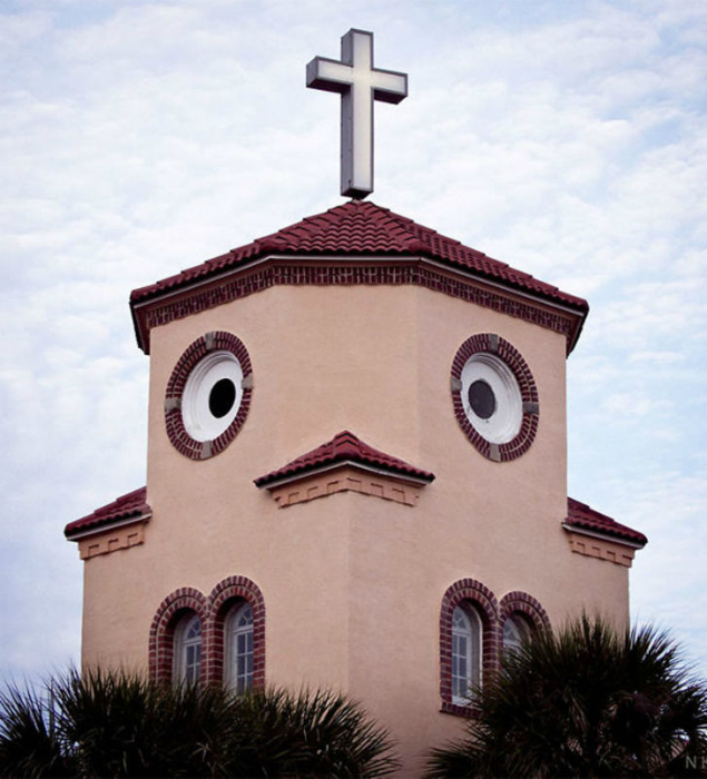 Церковь с птичьим «лицом».