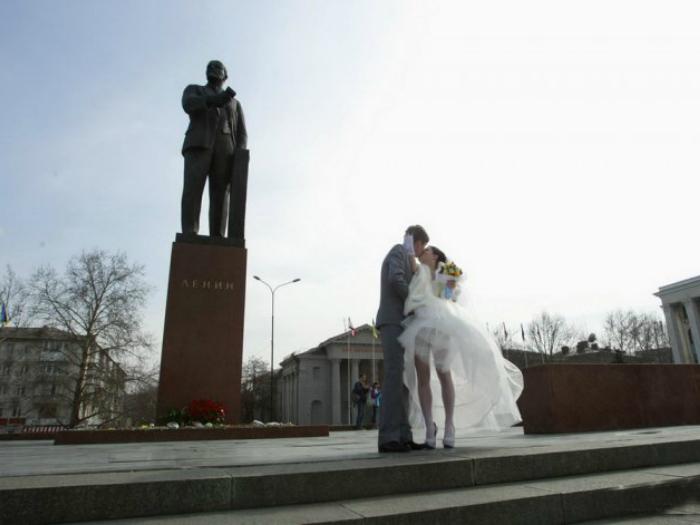 Свадебное фото на фоне Ленина.