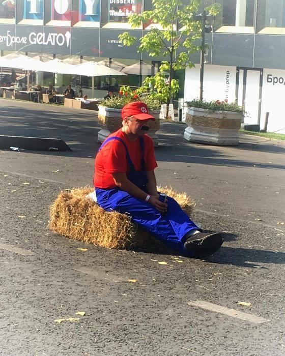 Супер Марио на привале. | Фото: Пикабу.