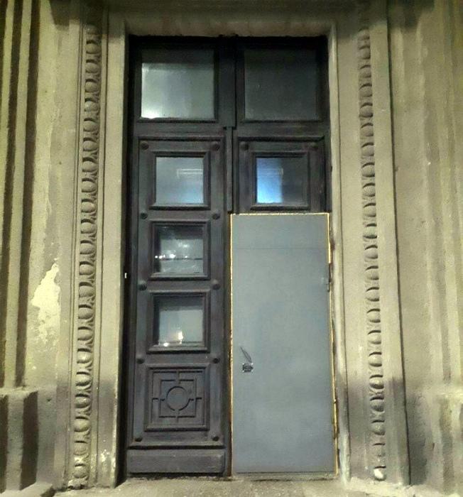 Новенькая дверь.