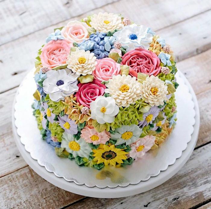 Торт, похожий на цветочную полянку.