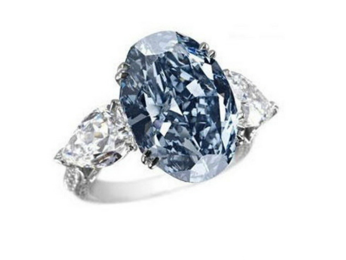 Цена:.26 миллионов. Изготовлено из белого золота, обрамляющего редкий голубой бриллиант овальной формы.
