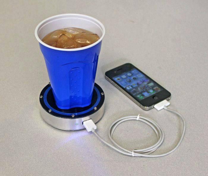 Девайс, который подзаряжает телефон от холодных и горячих напитков.