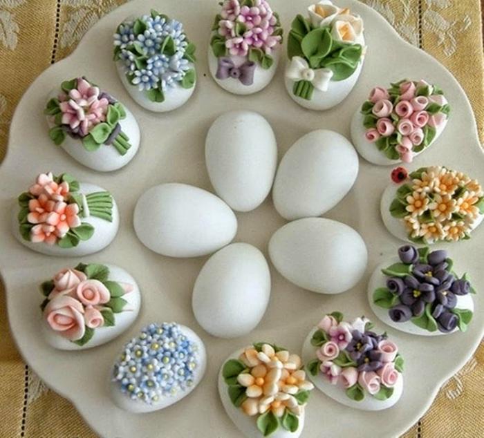 Яйца, украшенные лепкой.